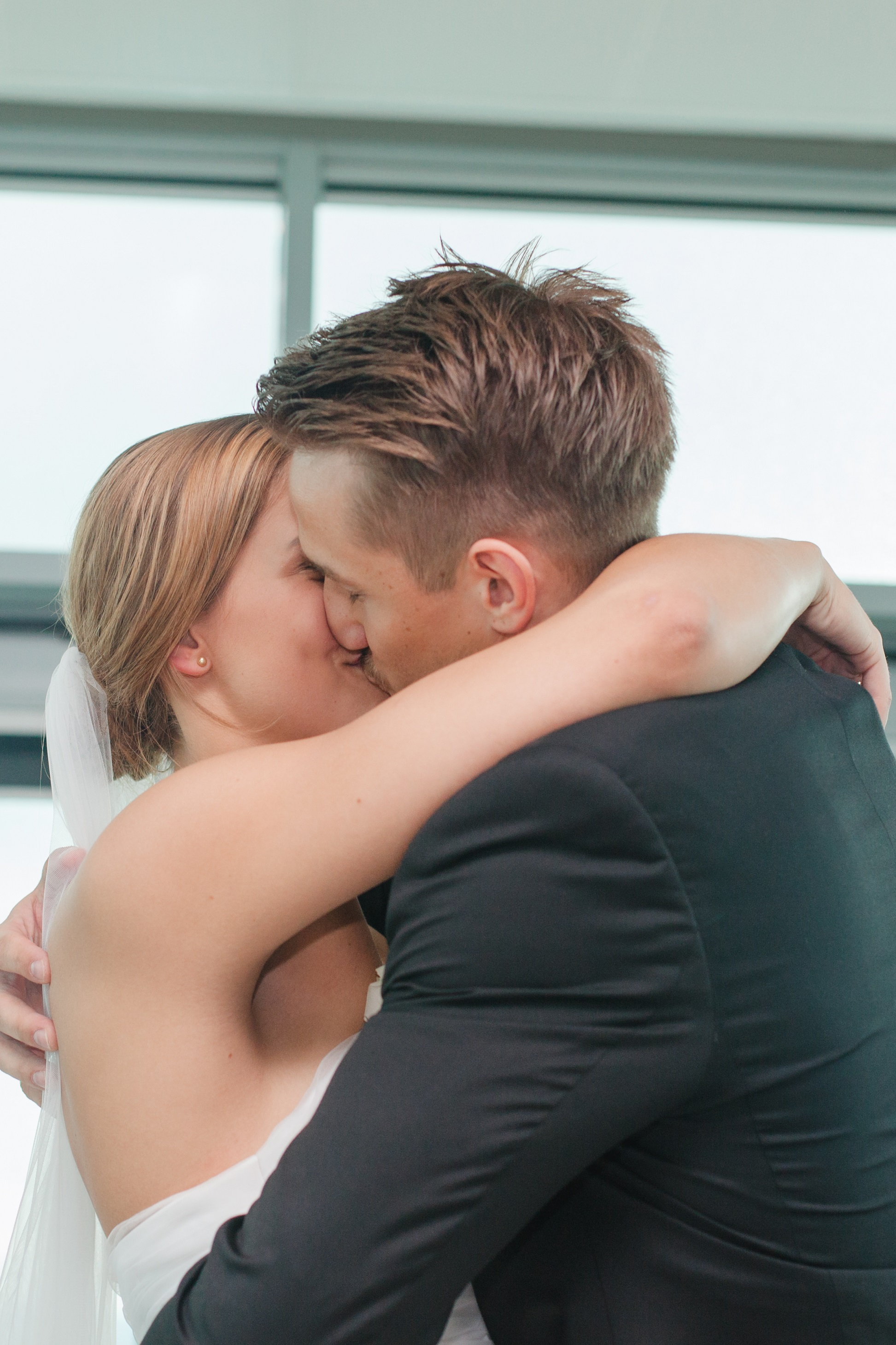 Wedding kiss ceremony wolke 19